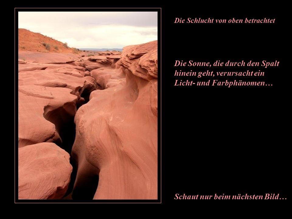 Durch diesen fast unsichtbaren Eingang geht man in eine Welt wie in tausend und einer Nacht Antelope Canyon