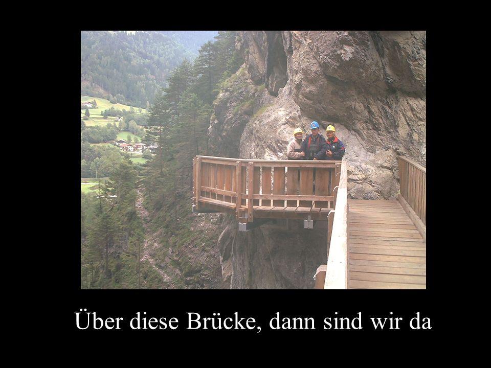 Über diese Brücke, dann sind wir da