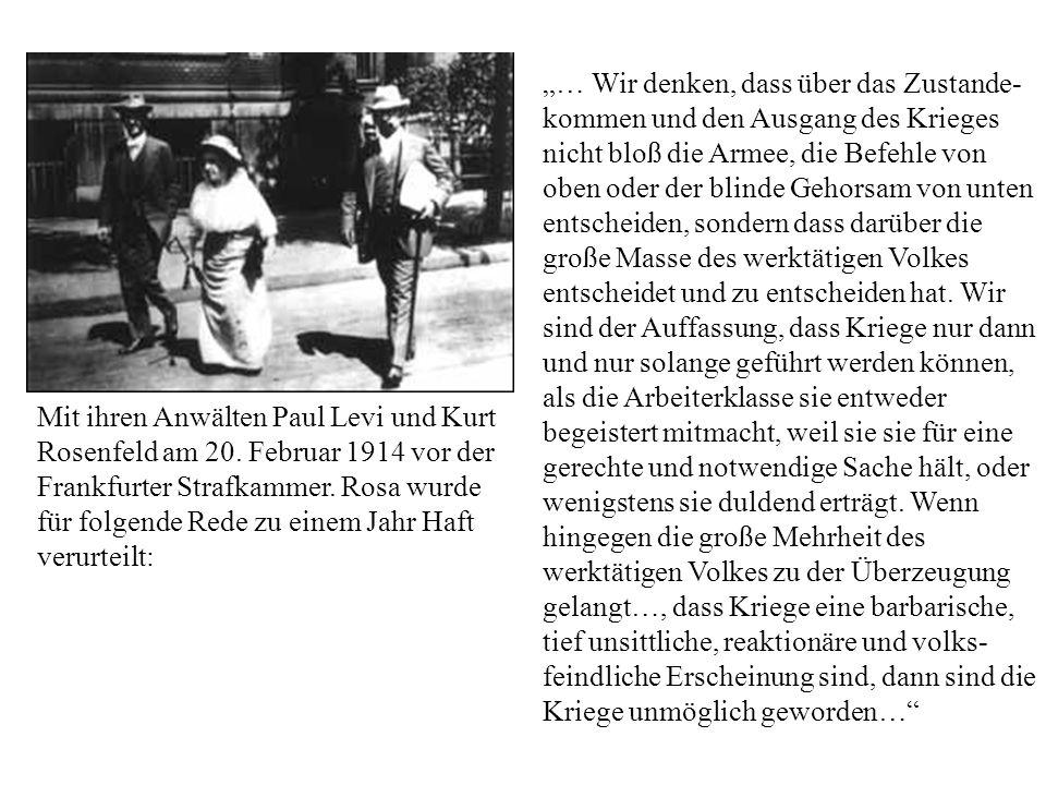 Mit ihren Anwälten Paul Levi und Kurt Rosenfeld am 20. Februar 1914 vor der Frankfurter Strafkammer. Rosa wurde für folgende Rede zu einem Jahr Haft v