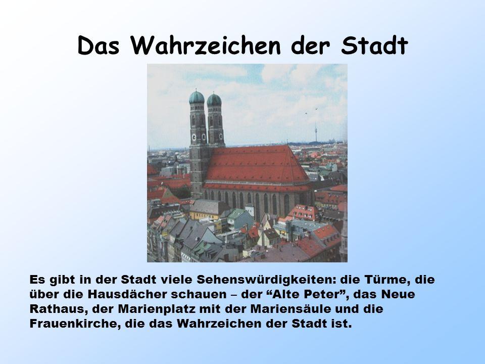 Das Wahrzeichen der Stadt Es gibt in der Stadt viele Sehenswürdigkeiten: die Türme, die über die Hausdächer schauen – der Alte Peter, das Neue Rathaus