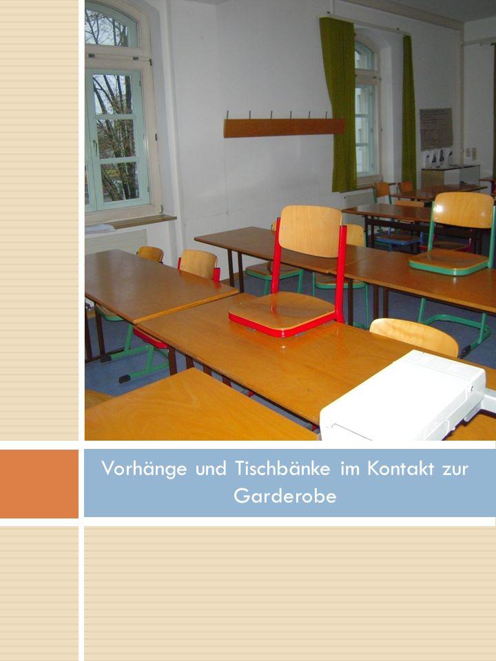 Vorhänge und Tischbänke im Kontakt zur Garderobe