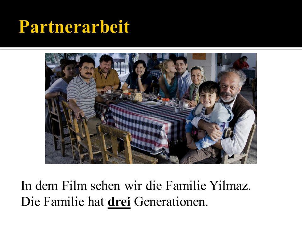 In dem Film sehen wir die Familie Yilmaz. Die Familie hat drei Generationen.