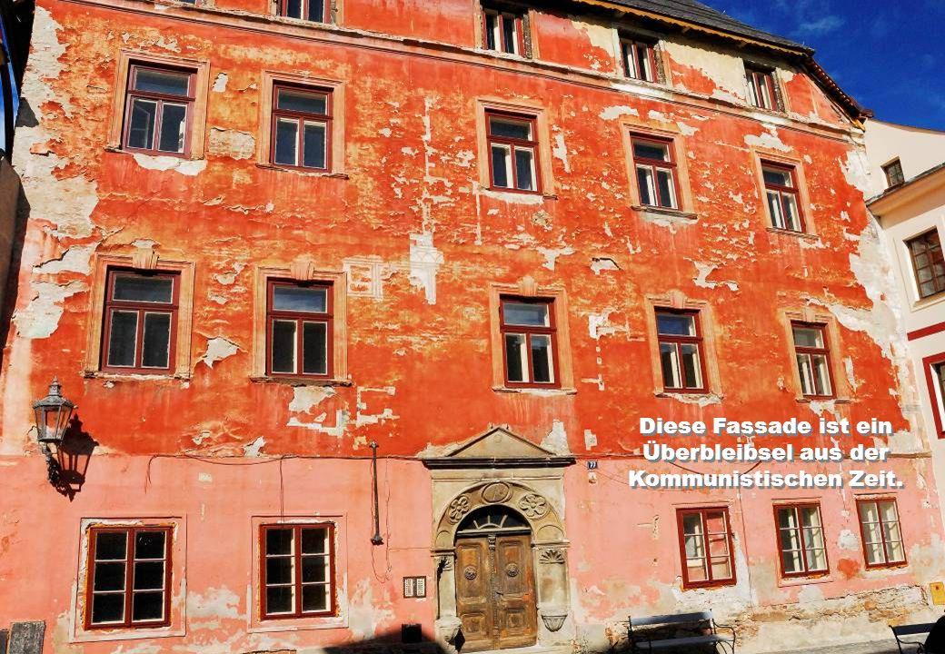 Diese Fassade ist ein Überbleibsel aus der Kommunistischen Zeit.