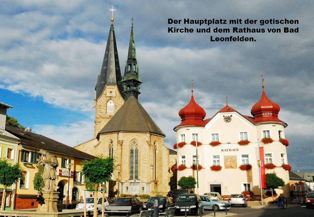 Der Hauptplatz mit der gotischen Kirche und dem Rathaus von Bad Leonfelden.