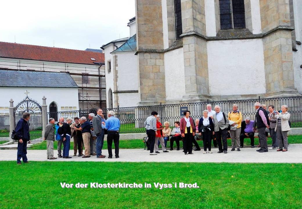 Vor der Klosterkirche in Vyss`i Brod.
