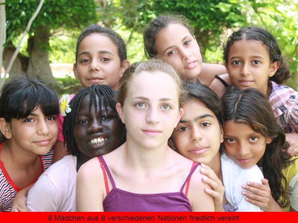 8 Mädchen aus 8 verschiedenen Nationen friedlich vereint