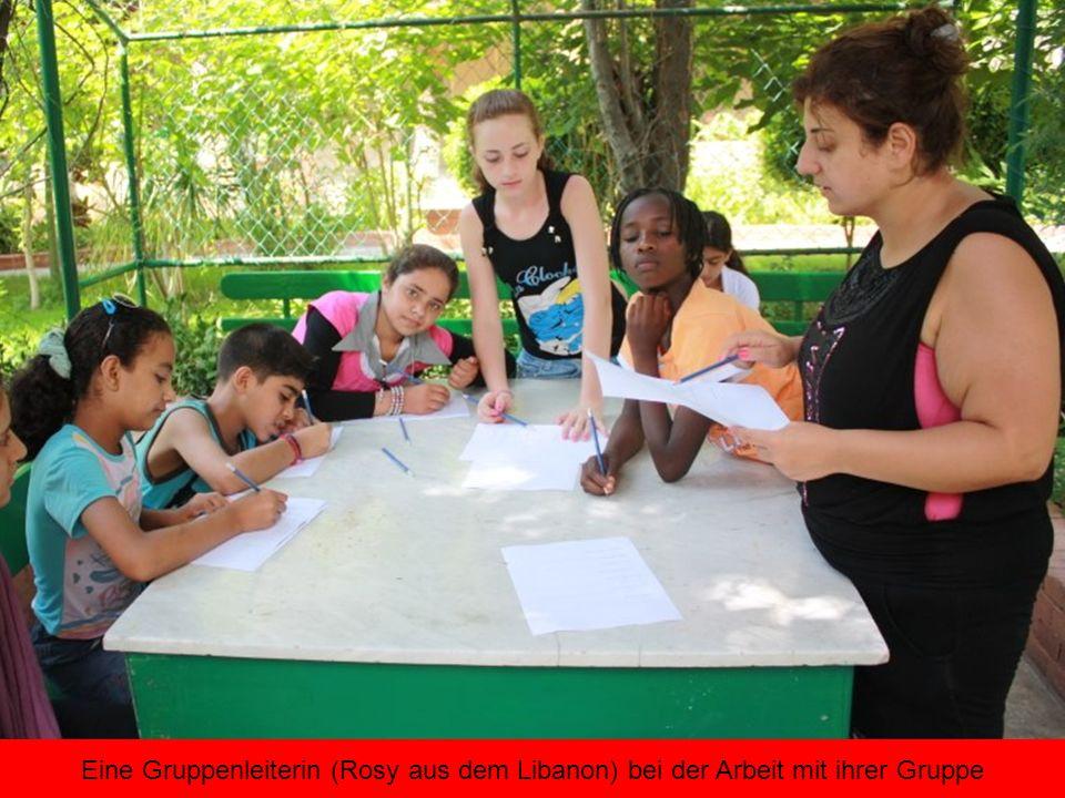Eine Gruppenleiterin (Rosy aus dem Libanon) bei der Arbeit mit ihrer Gruppe