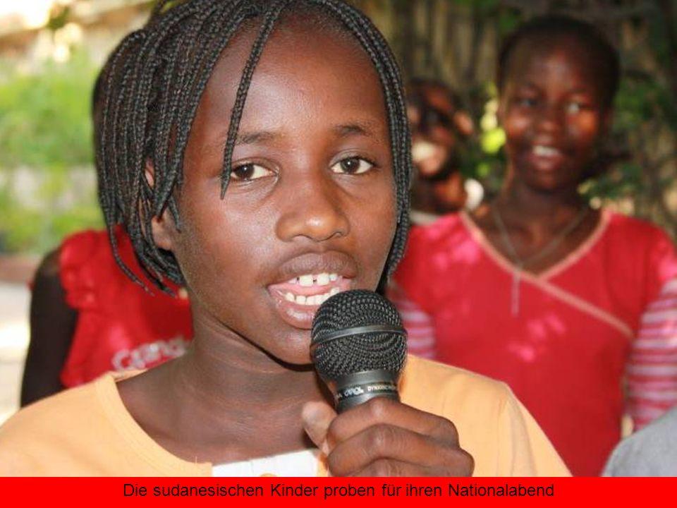 Die sudanesischen Kinder proben für ihren Nationalabend