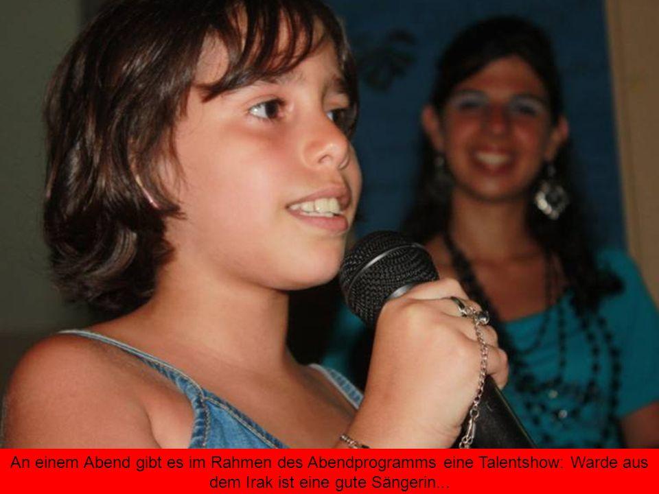 An einem Abend gibt es im Rahmen des Abendprogramms eine Talentshow: Warde aus dem Irak ist eine gute Sängerin...