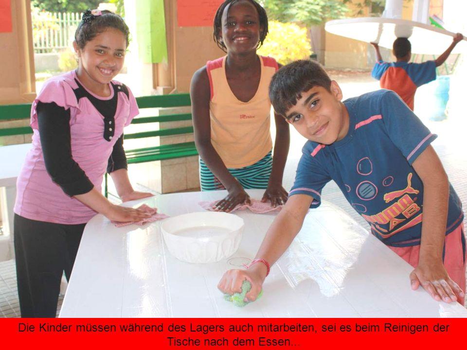 Die Kinder müssen während des Lagers auch mitarbeiten, sei es beim Reinigen der Tische nach dem Essen...
