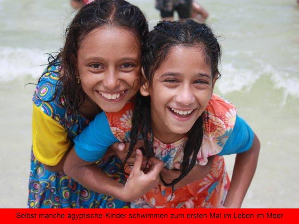 Selbst manche ägyptische Kinder schwimmen zum ersten Mal im Leben im Meer