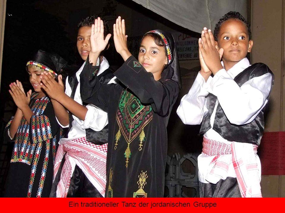 Ein traditioneller Tanz der jordanischen Gruppe