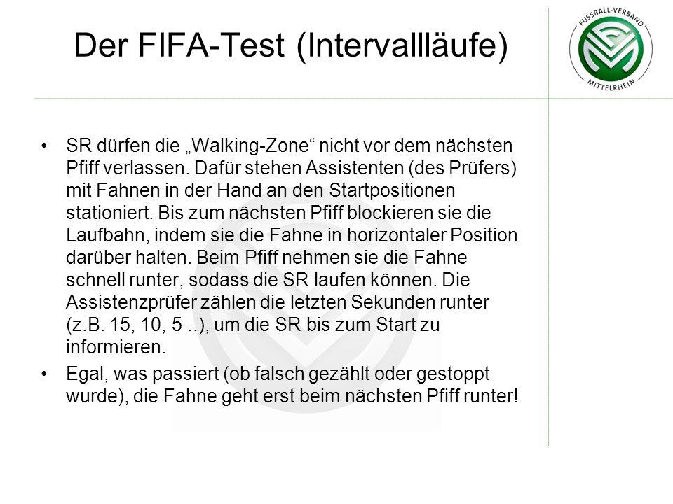 Der FIFA-Test (Intervallläufe) SR dürfen die Walking-Zone nicht vor dem nächsten Pfiff verlassen. Dafür stehen Assistenten (des Prüfers) mit Fahnen in