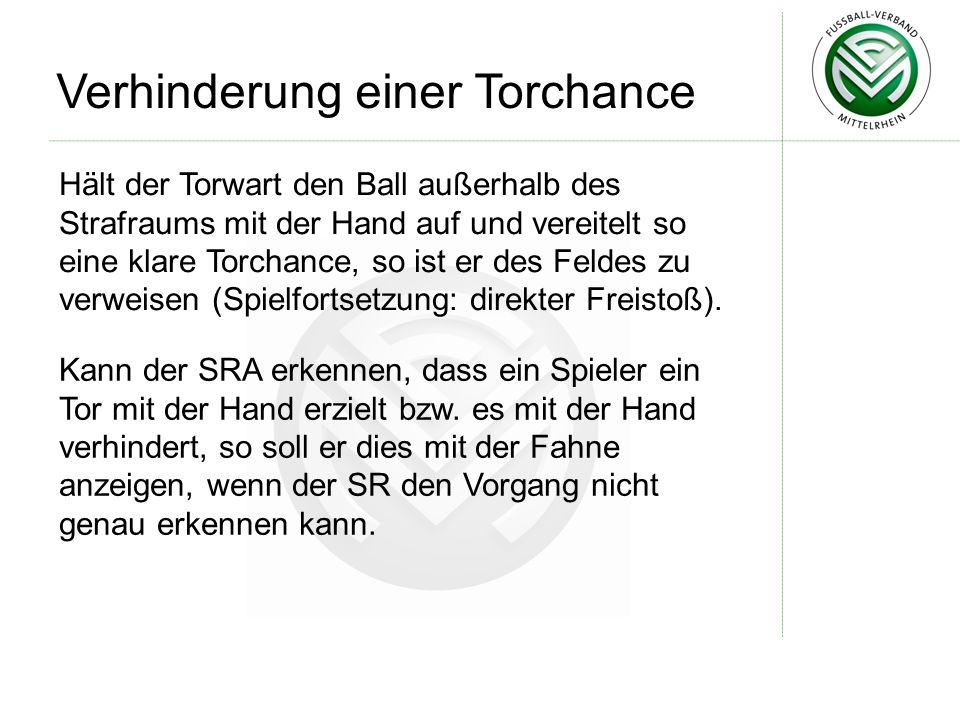 Hält der Torwart den Ball außerhalb des Strafraums mit der Hand auf und vereitelt so eine klare Torchance, so ist er des Feldes zu verweisen (Spielfor