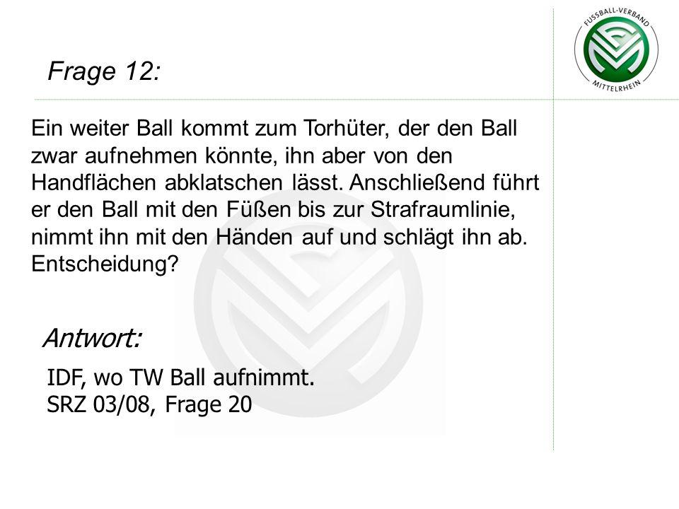 Ein weiter Ball kommt zum Torhüter, der den Ball zwar aufnehmen könnte, ihn aber von den Handflächen abklatschen lässt. Anschließend führt er den Ball