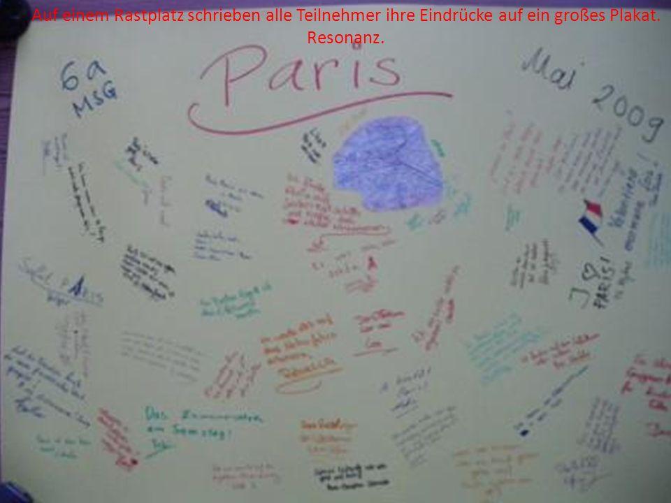 Auf einem Rastplatz schrieben alle Teilnehmer ihre Eindrücke auf ein großes Plakat. Resonanz.