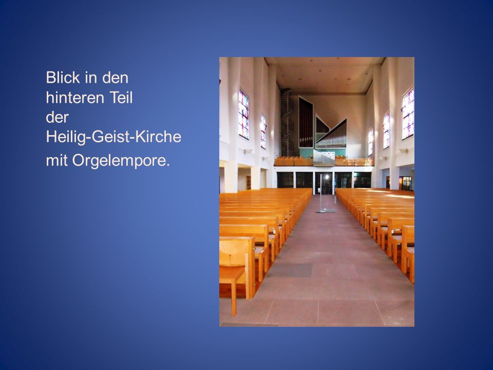 Blick in den hinteren Teil der Heilig-Geist-Kirche mit Orgelempore.