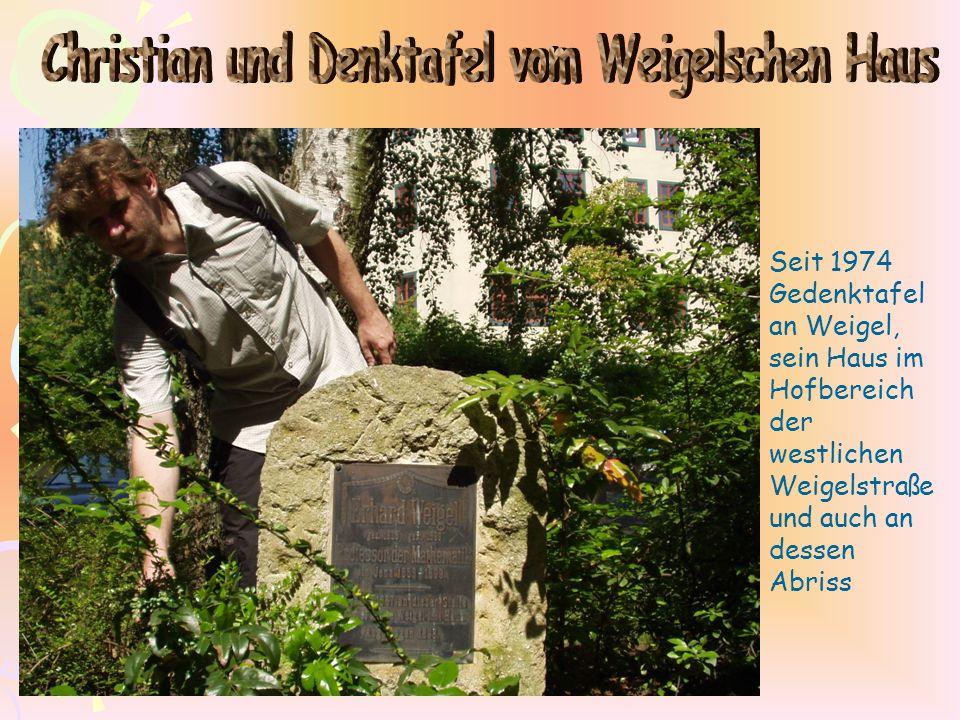 Seit 1974 Gedenktafel an Weigel, sein Haus im Hofbereich der westlichen Weigelstraße und auch an dessen Abriss
