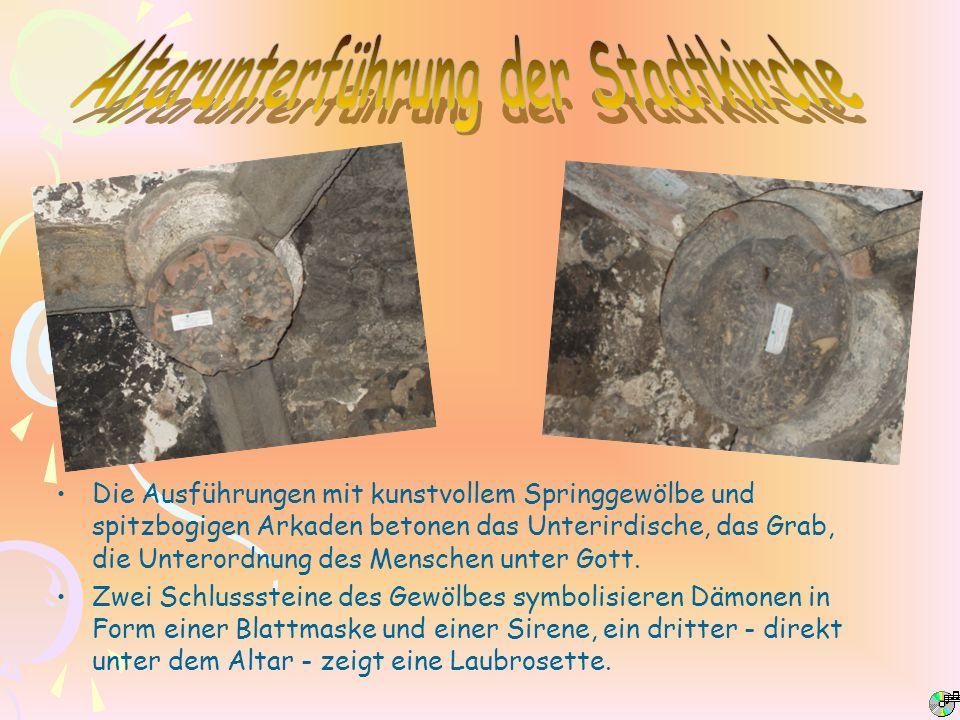 Die Ausführungen mit kunstvollem Springgewölbe und spitzbogigen Arkaden betonen das Unterirdische, das Grab, die Unterordnung des Menschen unter Gott.