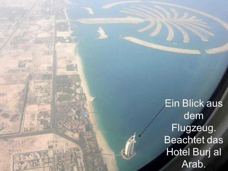 Ein Blick aus dem Flugzeug. Beachtet das Hotel Burj al Arab.