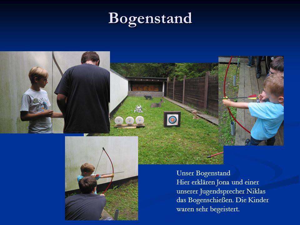 Bogenstand Unser Bogenstand Hier erklären Jona und einer unserer Jugendsprecher Niklas das Bogenschießen. Die Kinder waren sehr begeistert.