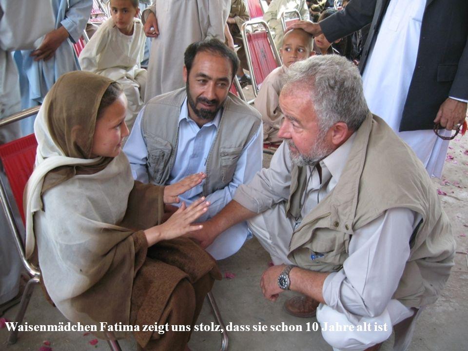 Waisenmädchen Fatima zeigt uns stolz, dass sie schon 10 Jahre alt ist