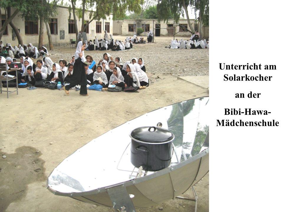 Unterricht am Solarkocher an der Bibi-Hawa- Mädchenschule