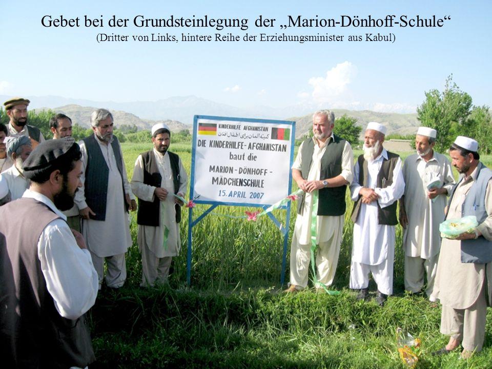 Gebet bei der Grundsteinlegung der Marion-Dönhoff-Schule (Dritter von Links, hintere Reihe der Erziehungsminister aus Kabul)