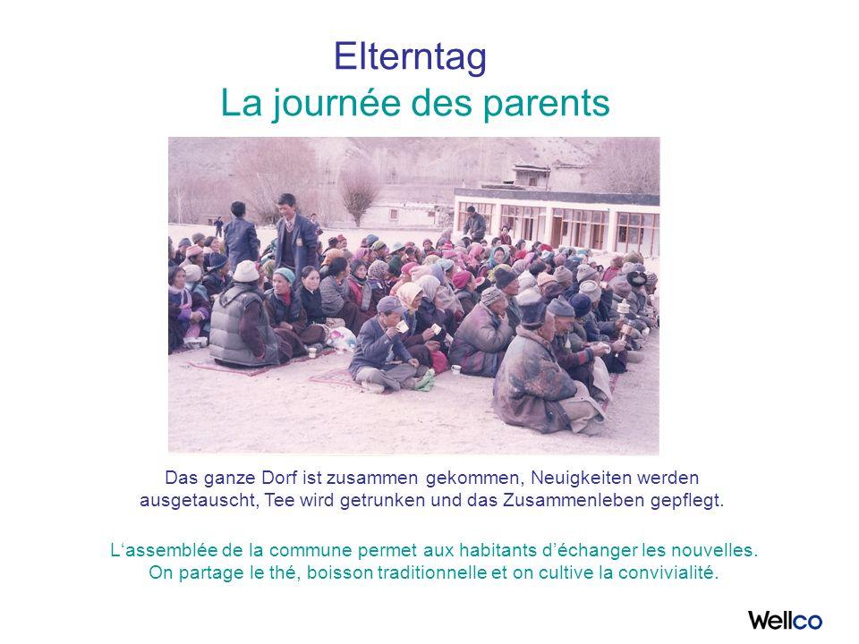 Elterntag La journée des parents Das ganze Dorf ist zusammen gekommen, Neuigkeiten werden ausgetauscht, Tee wird getrunken und das Zusammenleben gepflegt.