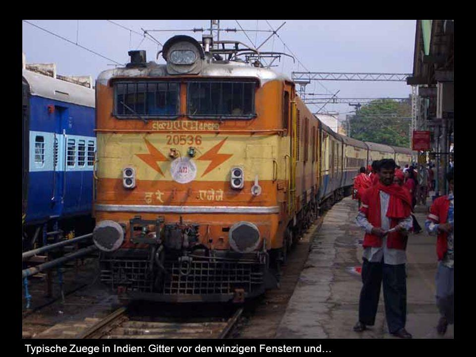 Typische Zuege in Indien: Gitter vor den winzigen Fenstern und…
