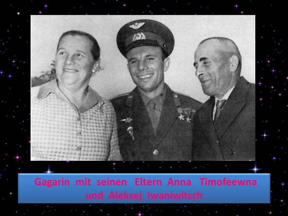 Gagarin mit seinen Eltern Anna Timofeewna und Aleksej Iwaniwitsch