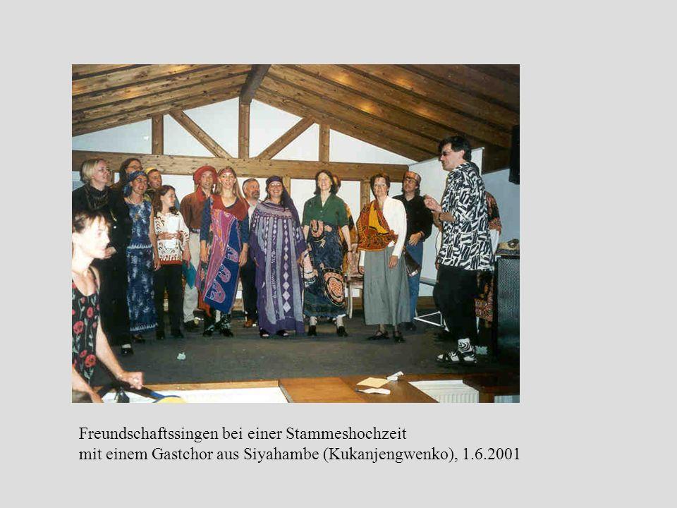 Freundschaftssingen bei einer Stammeshochzeit mit einem Gastchor aus Siyahambe (Kukanjengwenko), 1.6.2001