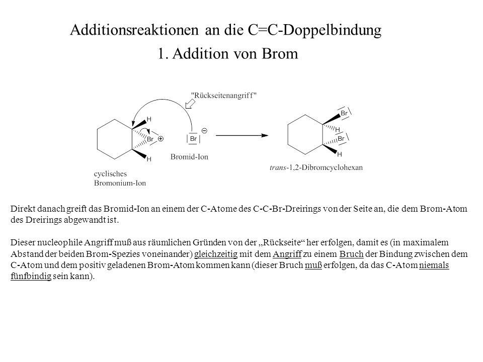Direkt danach greift das Bromid-Ion an einem der C-Atome des C-C-Br-Dreirings von der Seite an, die dem Brom-Atom des Dreirings abgewandt ist. Dieser