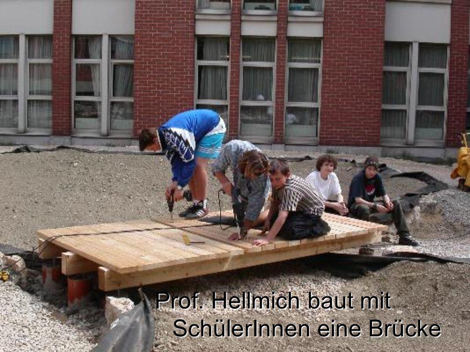 Prof. Hellmich baut mit SchülerInnen eine Brücke