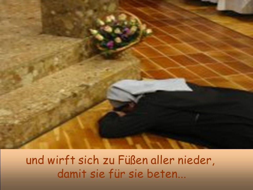 und wirft sich zu Füßen aller nieder, damit sie für sie beten...
