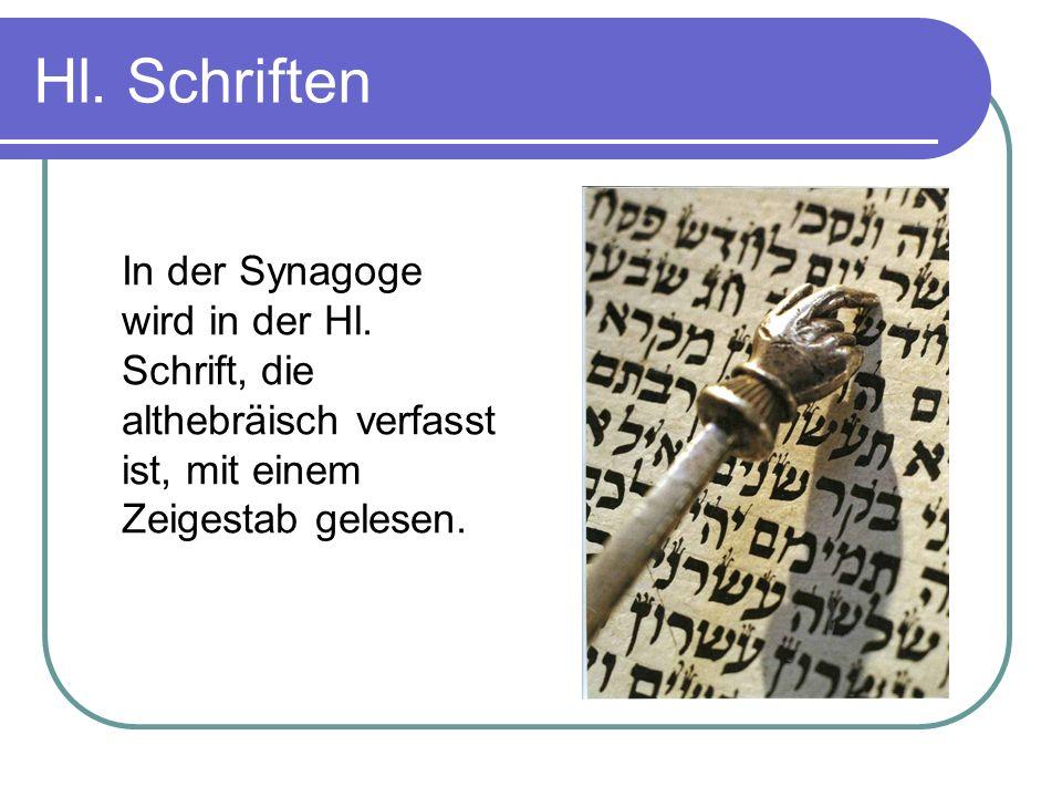 Hl. Schriften In der Synagoge wird in der Hl. Schrift, die althebräisch verfasst ist, mit einem Zeigestab gelesen.