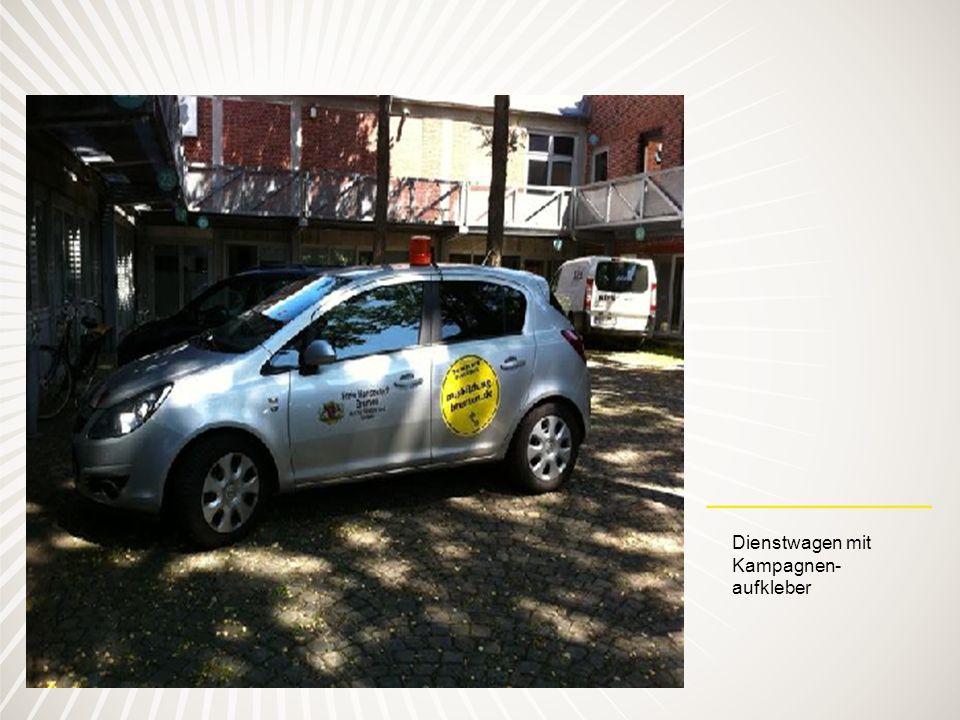 Dienstwagen mit Kampagnen- aufkleber