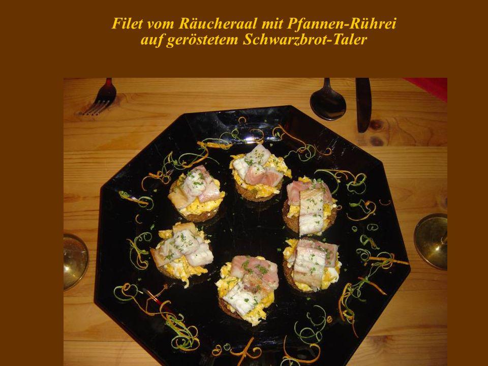 Filet vom Räucheraal mit Pfannen-Rührei auf geröstetem Schwarzbrot-Taler