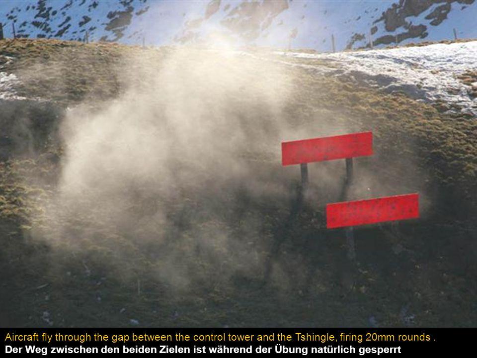 Zwei der vier Ziele sind in einer Entfernung von nur 250 m von den Zuschauern. Jeden Angriffsflug zu sehen und zu hören ist ein Erlebnis.
