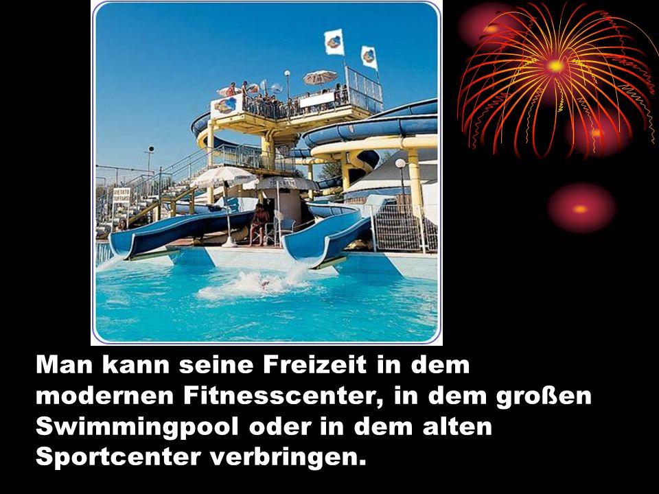 Man kann seine Freizeit in dem modernen Fitnesscenter, in dem großen Swimmingpool oder in dem alten Sportcenter verbringen.