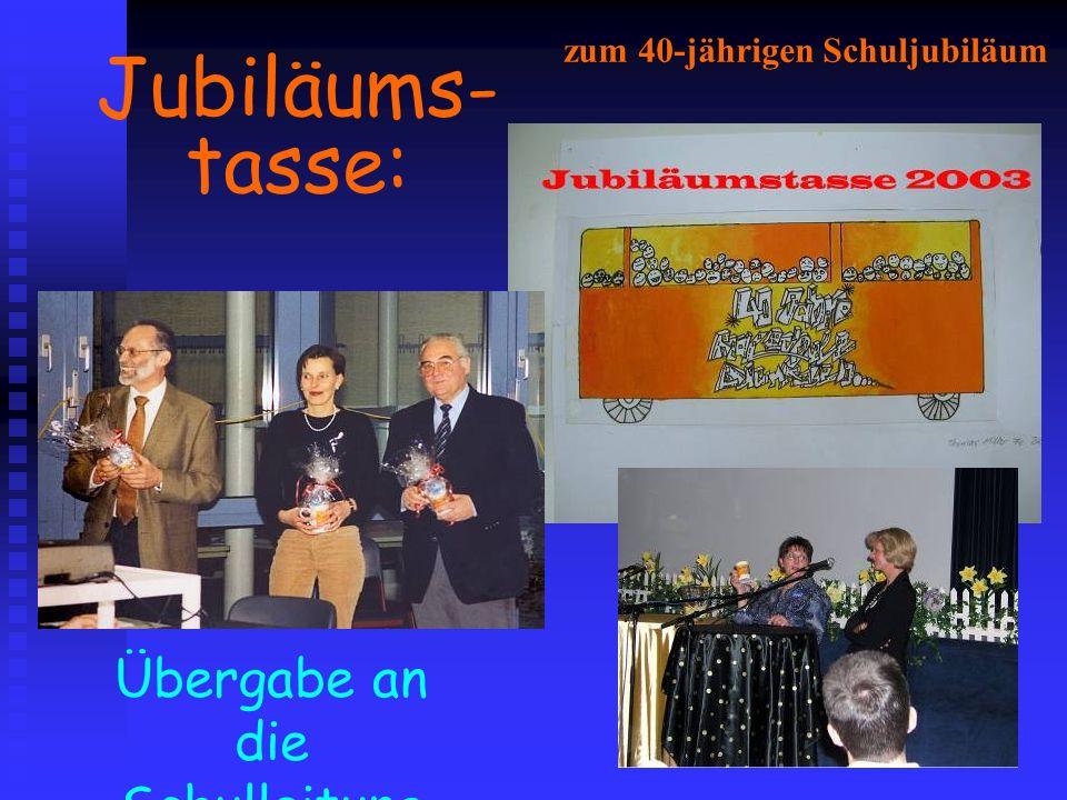 Jubiläums- tasse: Übergabe an die Schulleitung zum 40-jährigen Schuljubiläum