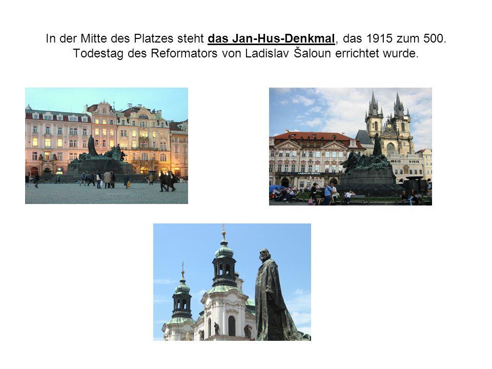 In der Mitte des Platzes steht das Jan-Hus-Denkmal, das 1915 zum 500.