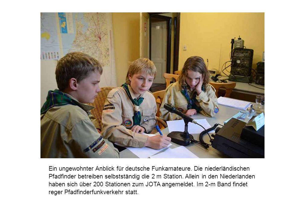 Ein ungewohnter Anblick für deutsche Funkamateure. Die niederländischen Pfadfinder betreiben selbstständig die 2 m Station. Allein in den Niederlanden