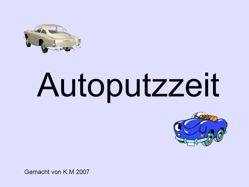 Es ist Wochenende und somit Autoputzzeit Der Deutsche fährt sein Auto aus der Garage und wäscht sein Auto zwei Stunden mit Hingabe.