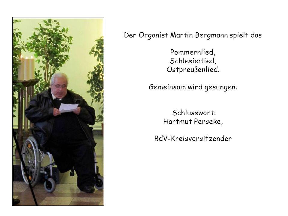 Der Organist Martin Bergmann spielt das Pommernlied, Schlesierlied, Ostpreußenlied.