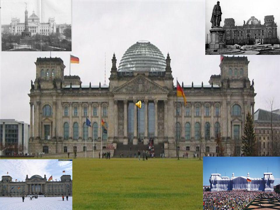 In der Nacht zum 3.Oktober 1990 feierten Tausende Menschen vor dem Reichstag in Berlin den Betritt der DDR zum Bundesgebiet.
