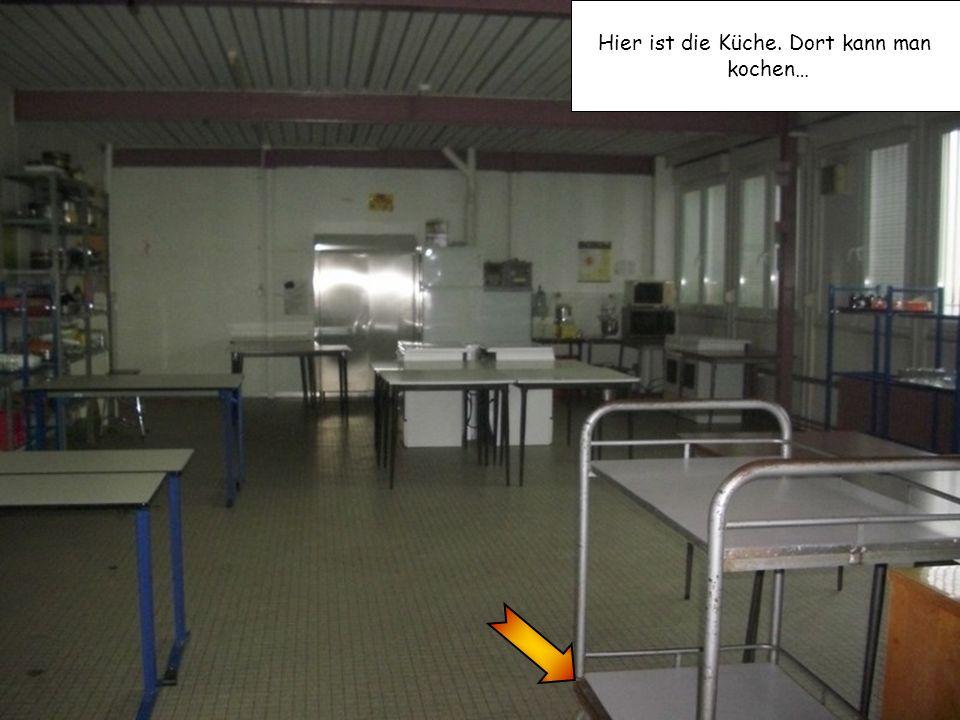 Hier ist die Küche. Dort kann man kochen…