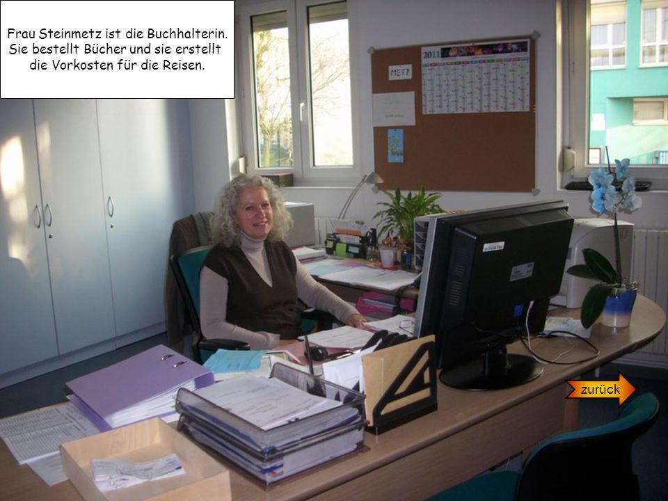 Frau Steinmetz ist die Buchhalterin. Sie bestellt Bücher und sie erstellt die Vorkosten für die Reisen. zurück