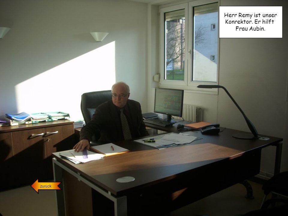 Herr Remy ist unser Konrektor. Er hilft Frau Aubin. zurück