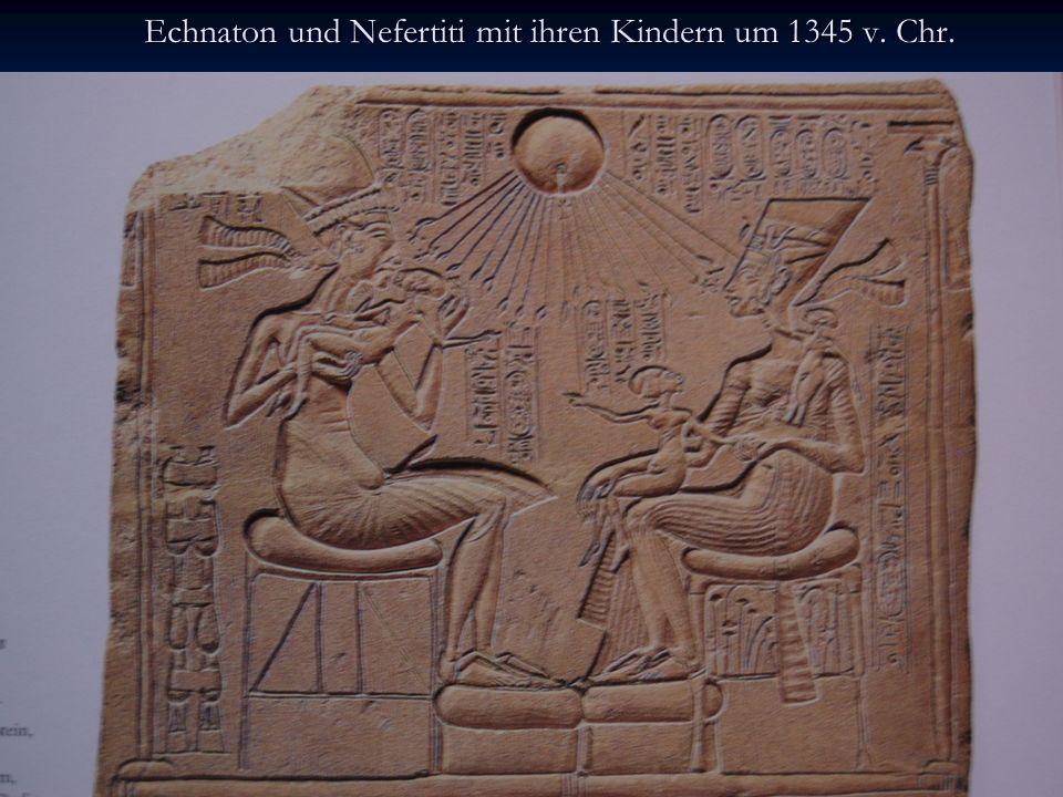 Echnaton und Nefertiti mit ihren Kindern um 1345 v. Chr. Altarrelief aus Kalkstein, 32,5 x 39 cm